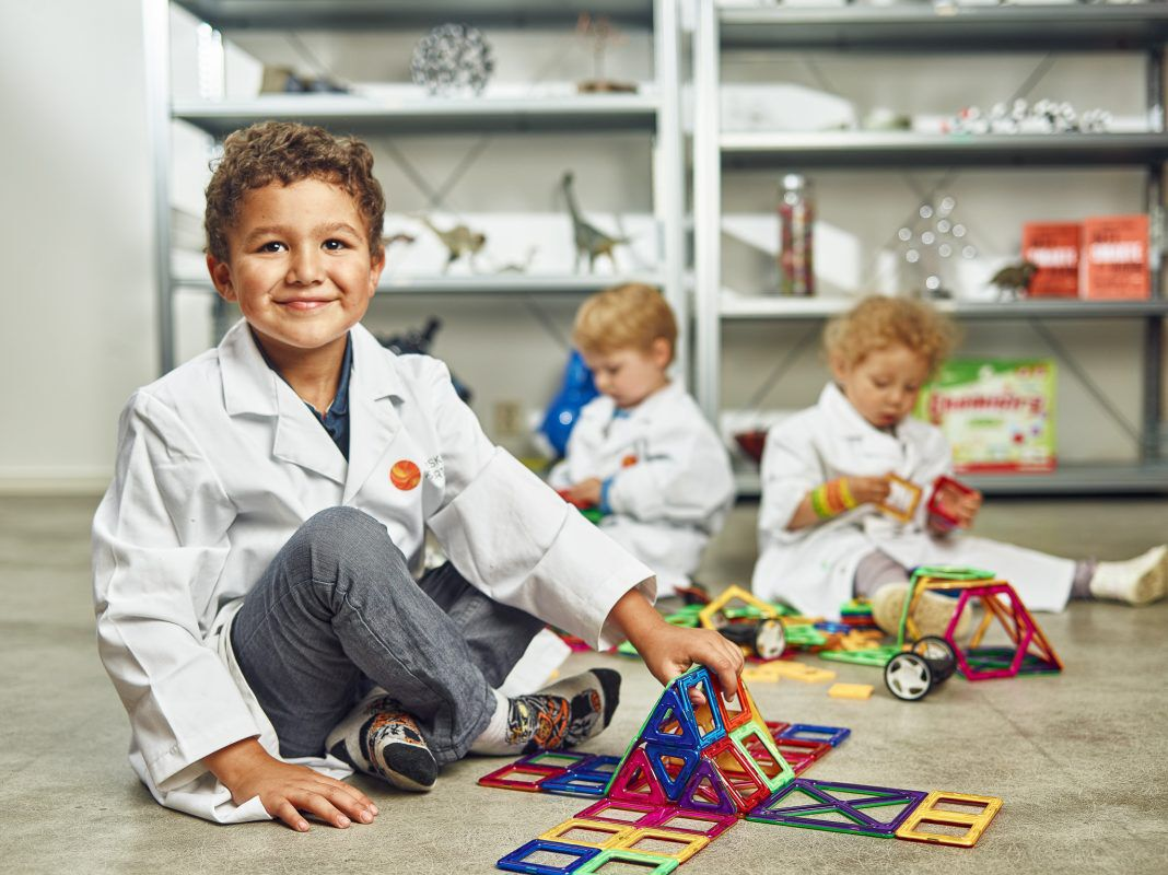 Barn som leker med byggeleker