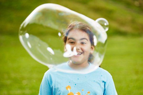 Barn som blåser såpebobler