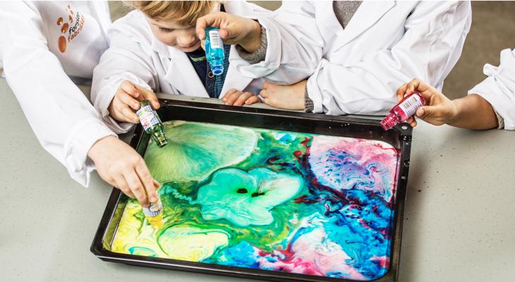 Barn som lager melkemaleri