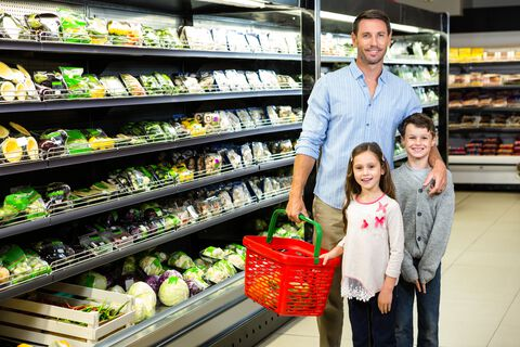 Far og barn som handler i matbutikken