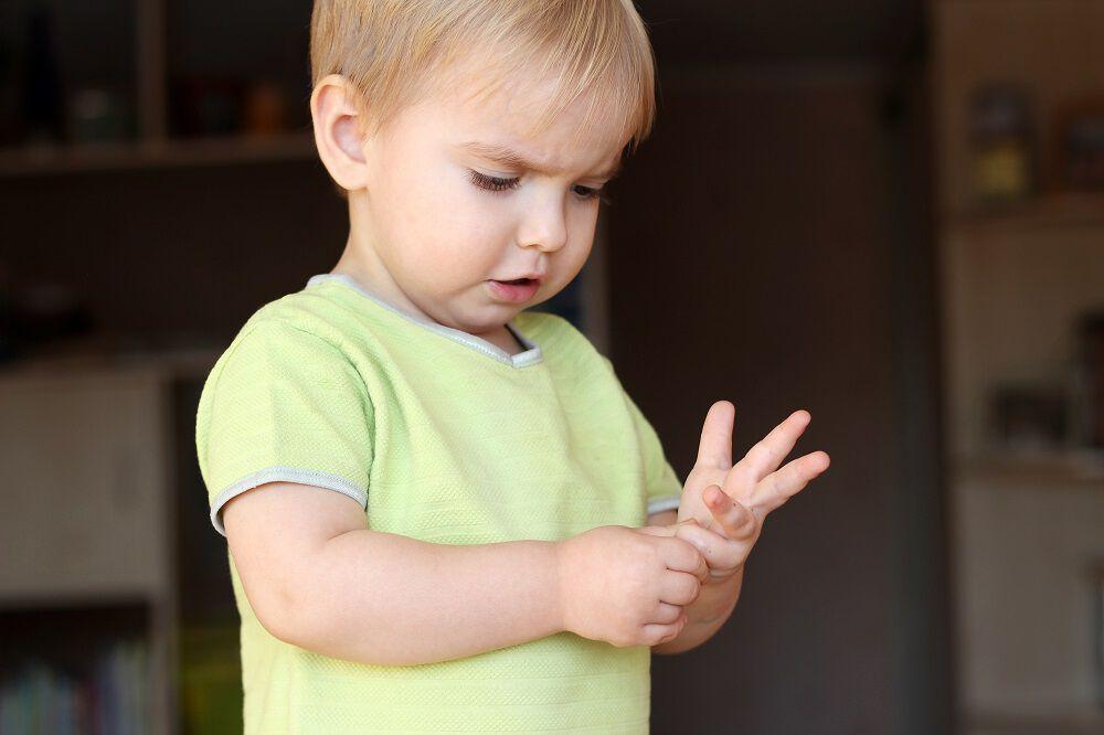 Barn som teller på fingre
