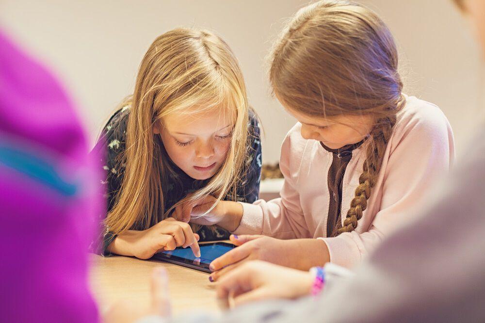 Barn som bruker nettbrett