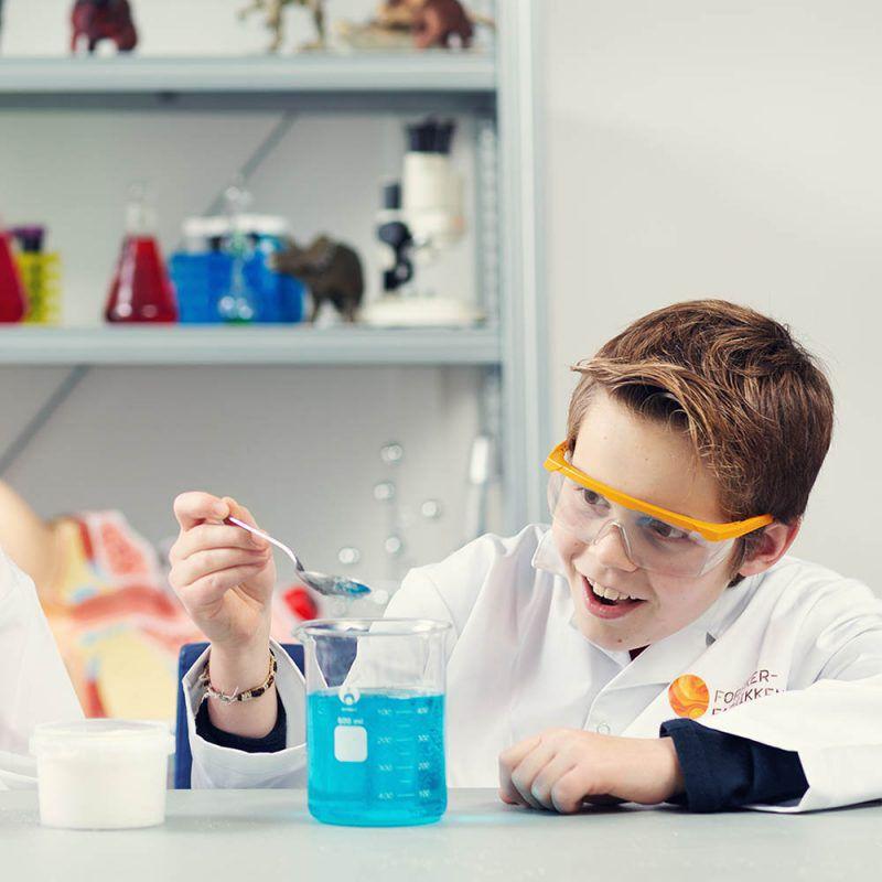 Barn som gjør eksperimenter